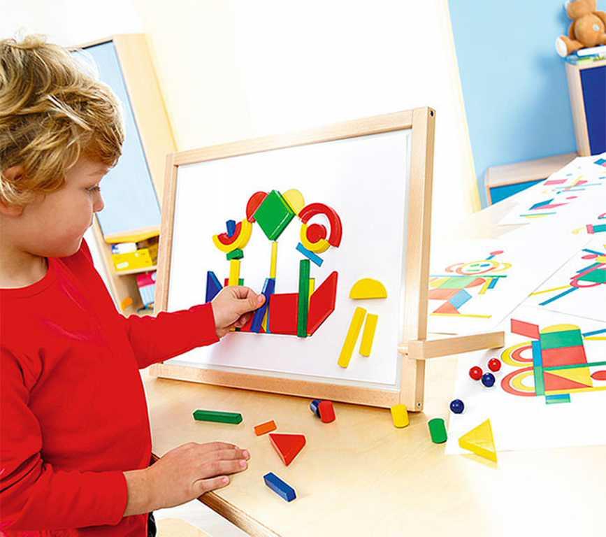 Cho bé chơi những vật có màu sáng