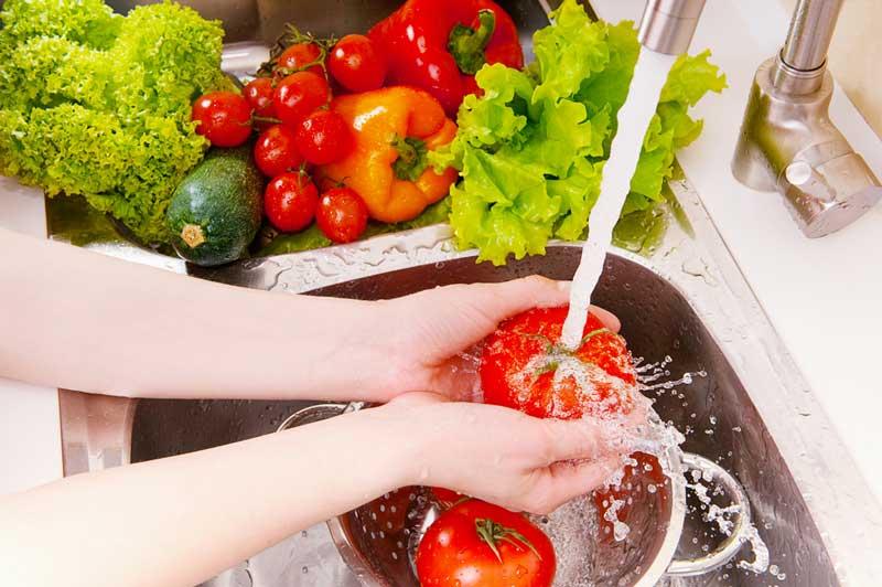 Rửa sạch rau thơm, rau xà lách, rau diếp mới cho vào tủ lạnh
